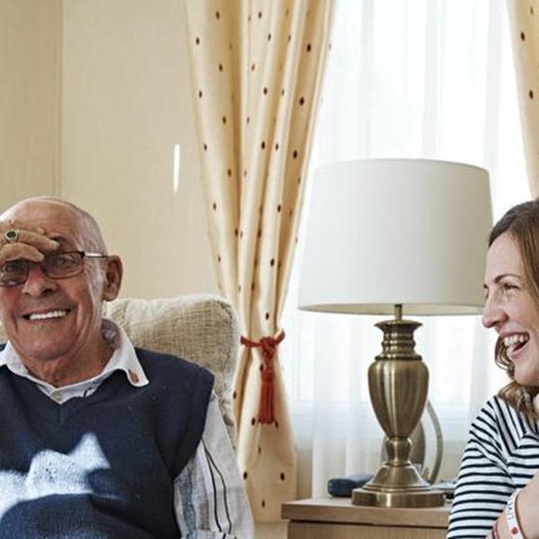 An Admiral Nurse visiting a veteran at home