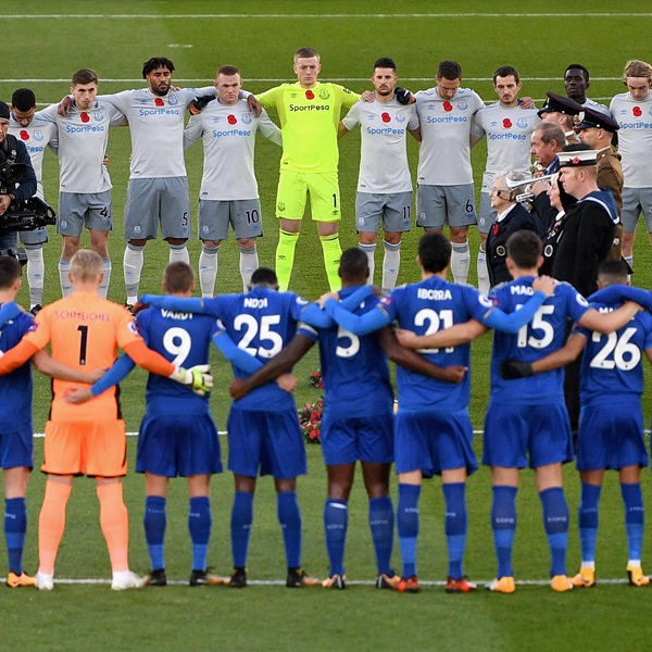 Everton players line up for a minute's silence ahead of Remembrance Sunday